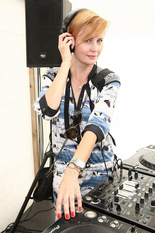 Jitka Schneiderová si zahrála na DJku v rámci akce pro Linku bezpečí.