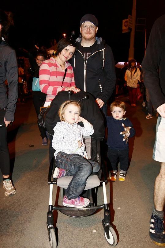A zde foto z předchozí akce, kde jsme rodinu potkali. Na snímku herec s manželkou Anetou, dcerou Anežkou a synem Josefem (s bývalou partnerkou má ještě dceru Emu).