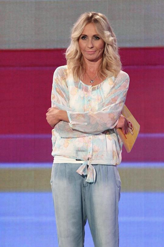 Tereza vždy účelně obléká top s rukávy.