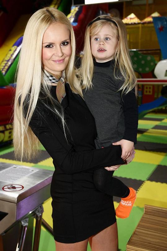 Lucka a Deniska mají stejně krásné dlouhé blond vlasy.