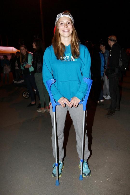 Eva Samková stále chodí o berlích.