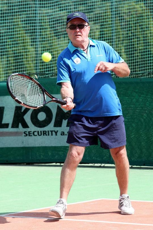 Zpěvák pravidelně hraje tenis i s mnohem mladšími soupeři.