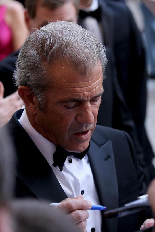 Mel Gibson na zahájení festivalu podepisoval a podepisoval...