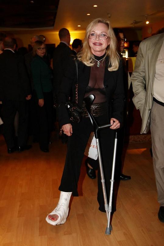 Ani noha v sádře exmanželku Macka neodradila od návštěvy divadelního představení.