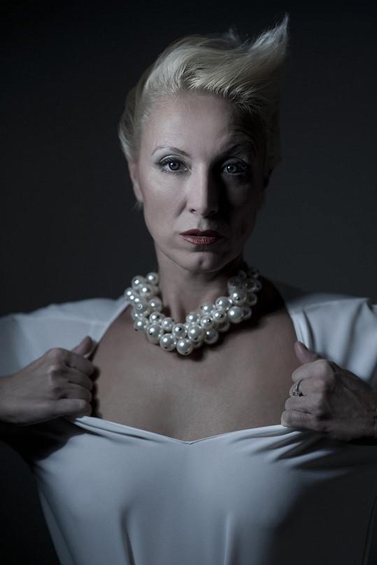 Renata je intepretkou autorských i převzatých šansonů, které zpívá hned v několika jazycích...