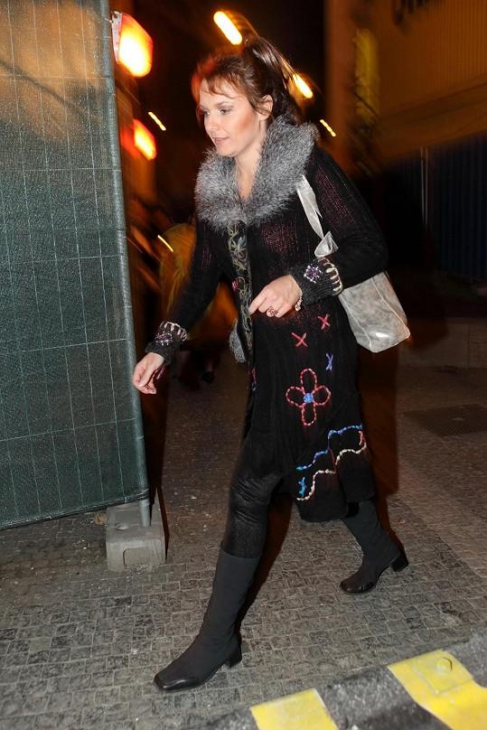 Před odchodem se herečka přezula do o něco pohodlnějších bot.