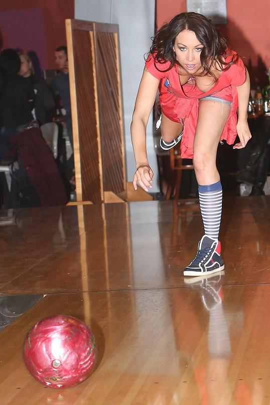 Agáta hrála bowling s opravdovým nasazením.