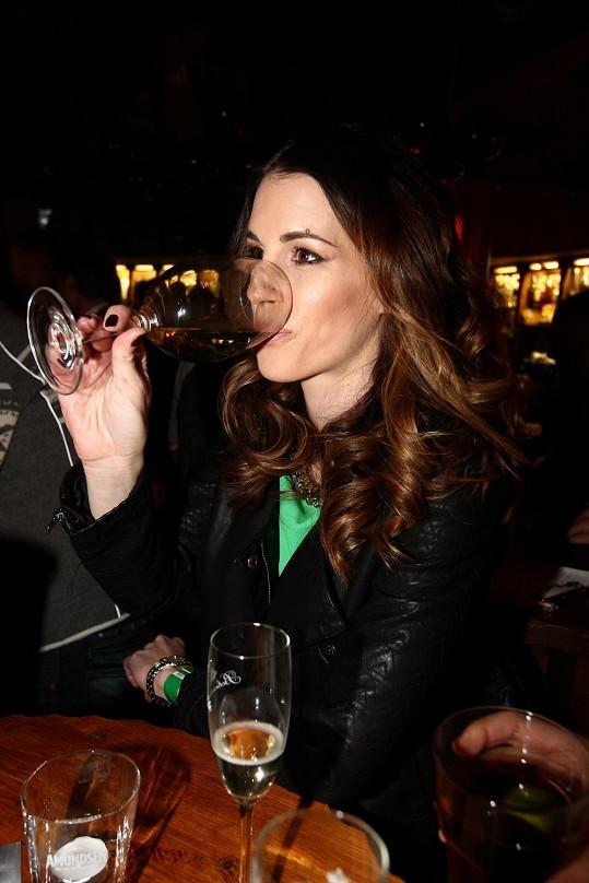 Raději ale tentokrát zůstala u vína.