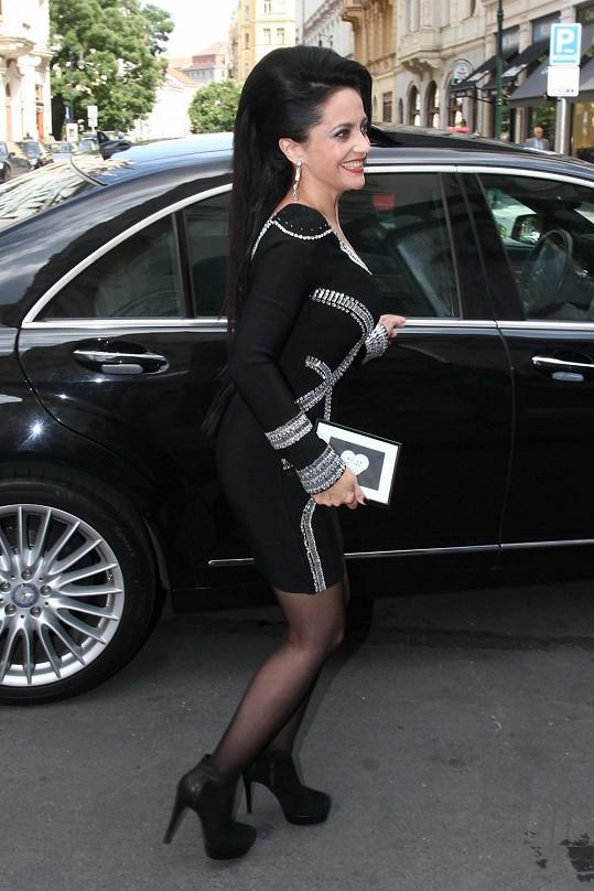 Lucie odjíždí z Pařížské ulice, kde se konala tisková konference k jejímu turné.