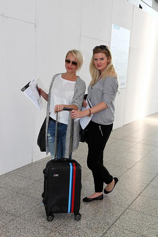 Veselá dvojka na letišti.