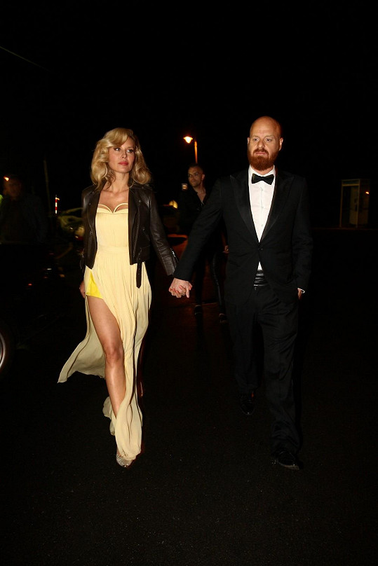 Modelka byla ozdobou párty luxusního šampaňského.