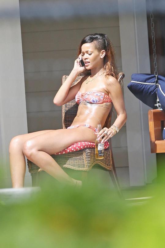 Rihanna během odpočinku v pronajaté vile v Tichomoří.
