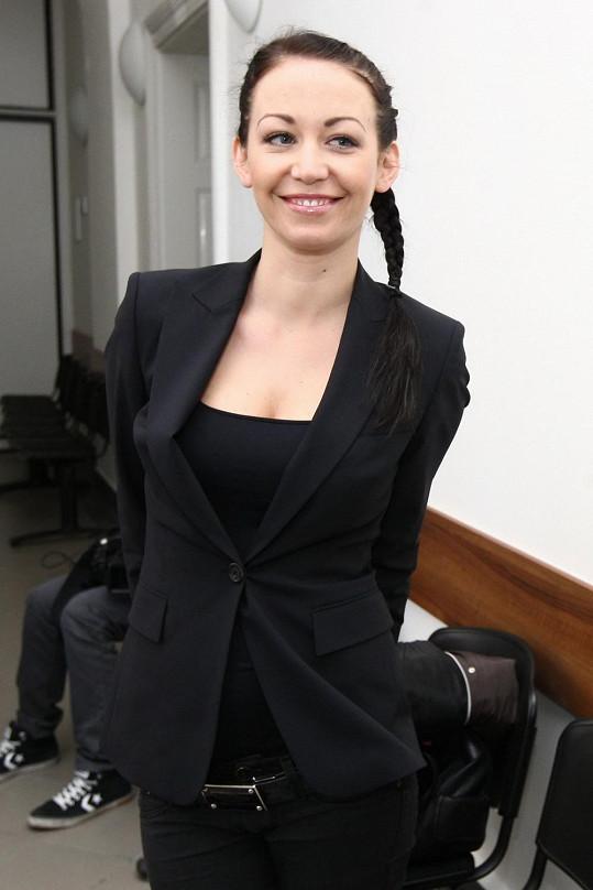 Agáta od soudu odcházela s úsměvem.