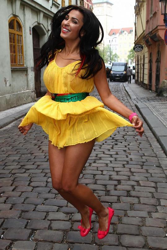 Anife pózovala ve žlutých šatičkách.