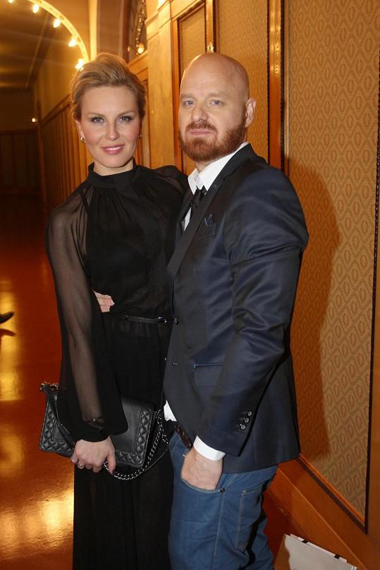 Simona s manželem Karlem dorazili do Obecního domu.