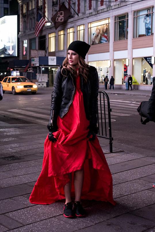 """Ve videoklipu oblékne Bagárová znovu šaty od Lukáše Macháčka, ve kterých se objevila na finále Elite Model Look. Šaty """"si zahrály hlavní roli"""" ve scéně, kde Monika běží mezi typickými žlutými taxíky na Times Square."""