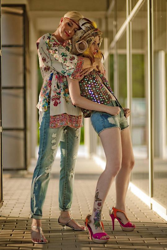 """Karolína a Renata tak trochu jako """"květinové"""" holky."""