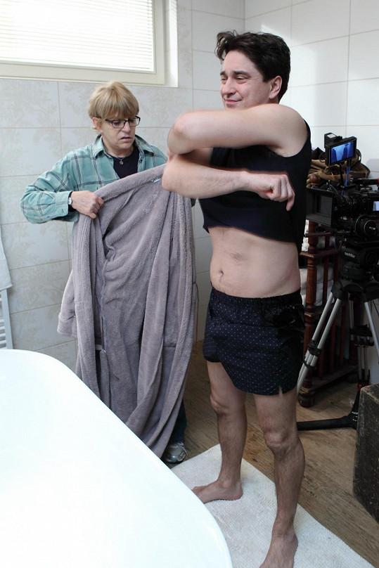Saša Rašilov ukáže v komedii Hexenšus své chlapské břicho.