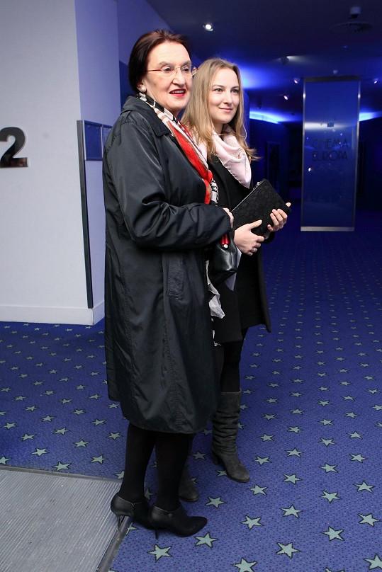 Eva Holubová vyrazila s dcerou na premiéru filmu Fair Play.