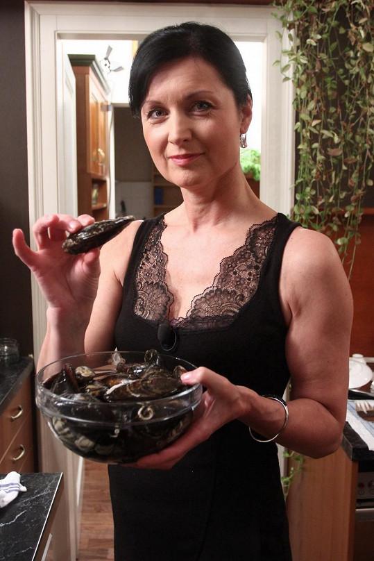 Simona je zvědavá, jak si hosté poradí s mušlemi.