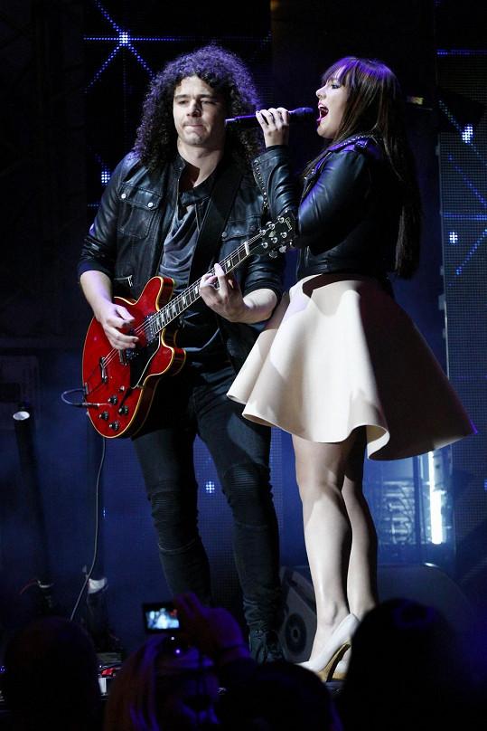 Ewa řádila na pódiu se svým přítelem, kytaristou Martinem Chobotem.