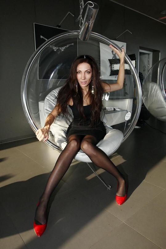 Olga Lounová natáčela nový klip, ve kterém předvedla své výstavní nožky.