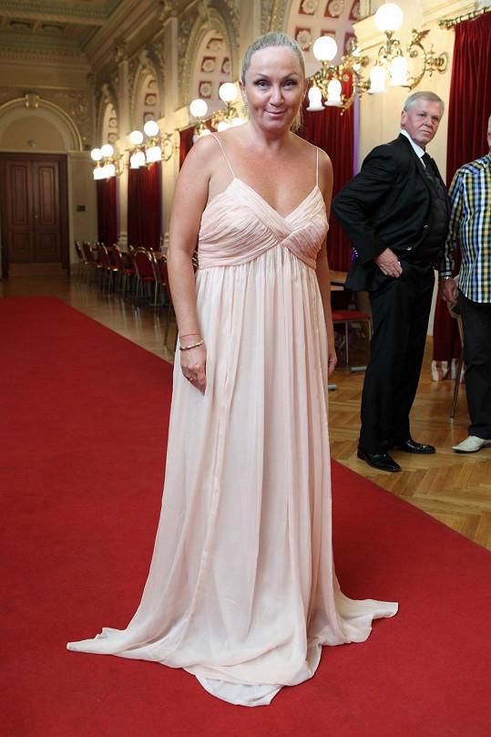 Bára se oblékla do šatů s odvážným dekoltem.