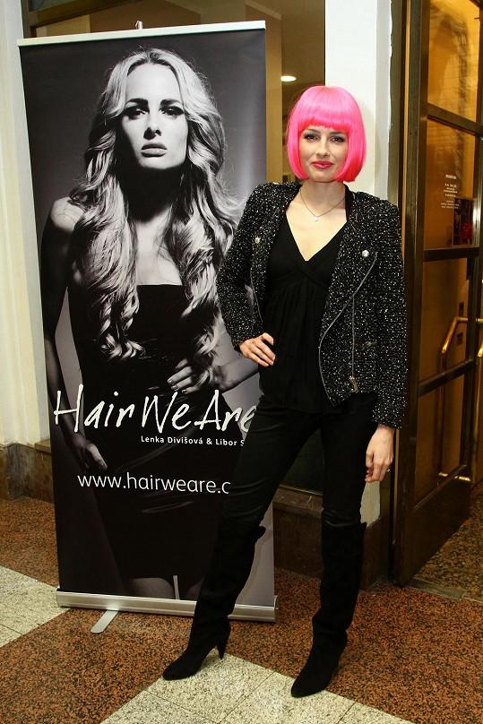 Markéta Divišová zapózovala v paruce vedle své fotografie, kde ji zdobí blond hříva.