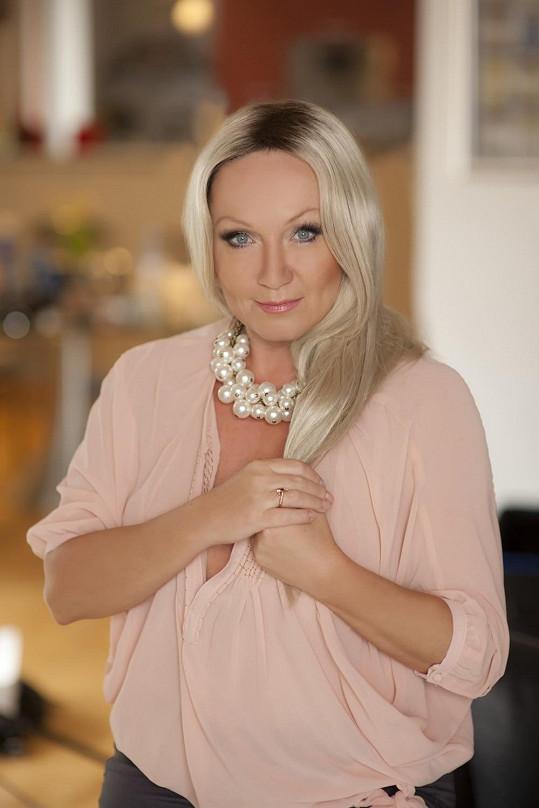 Bára se vrátila k platinové blond a sekne jí to.