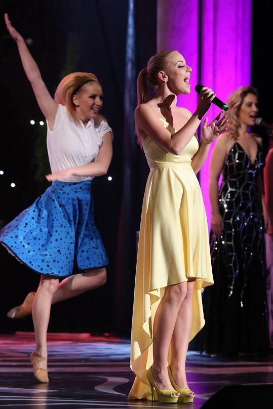 Mnohem více zpěvaččině typu seděly střihově jednoduché žluté šaty od Jiřího Kalfaře, ve kterých Markéta Konvičková zazpívala píseň Pátá.