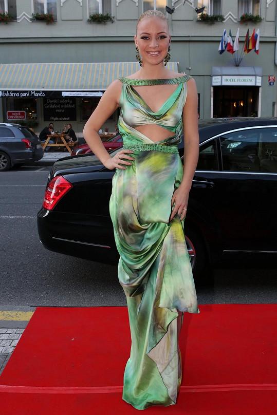 Volba příliš výrazných šatů od Osmanyho Laffity se zeleným žíháním nebyla úplně šťastná.