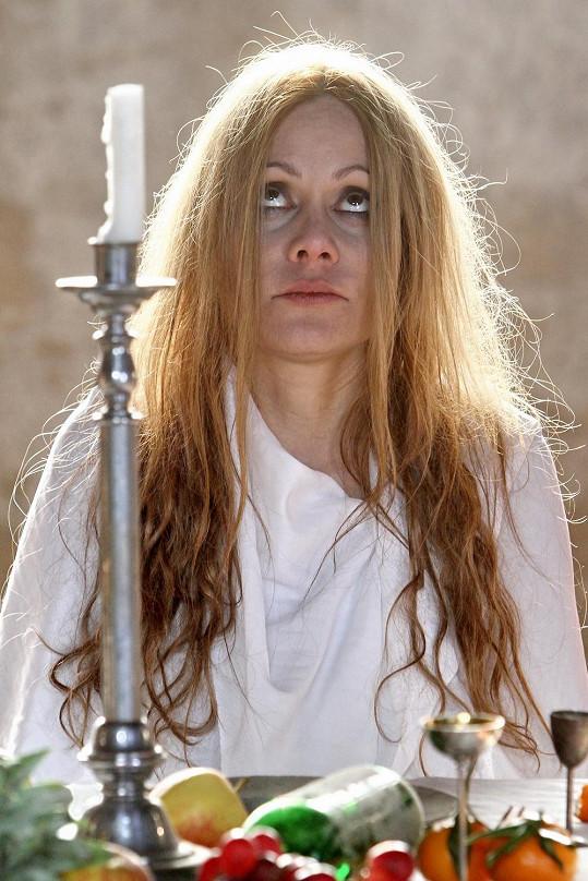 Lucia Gažiová hraje v klipu těhotnou feťačku.