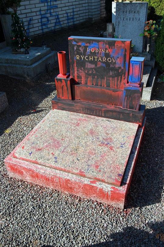 Takhle vypadá hrob dnes po vyčištění...