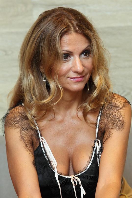 Opálená Yvetta Blanarovičová opět nechala přítomné pány nahlédnout do svého výstřihu.