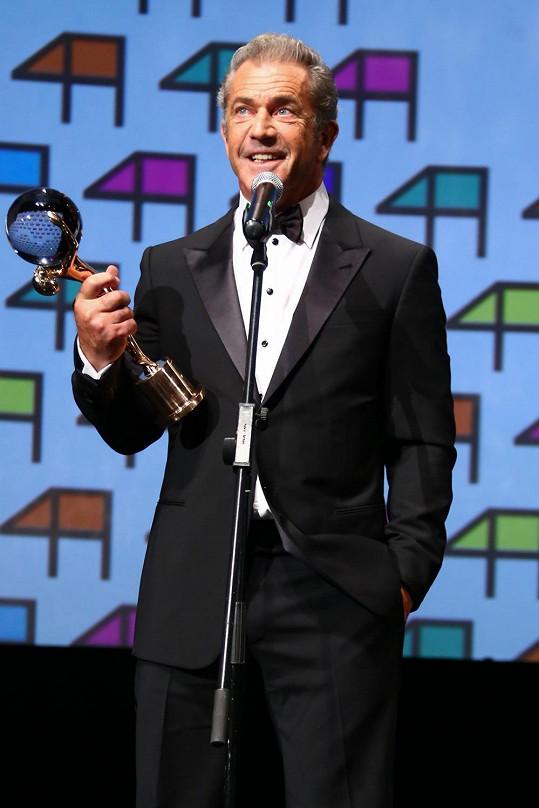 Mel Gibson převzal na pódiu cenu a nešetřil úsměvy.