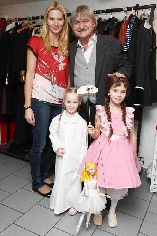 Gottova sedmiletá dcera se svou maminkou, malou kolegyní a kolegou Pavlem Soukupem.