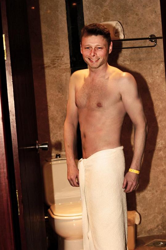 V hotelovém pokoji svlékl dokonce i plavky...