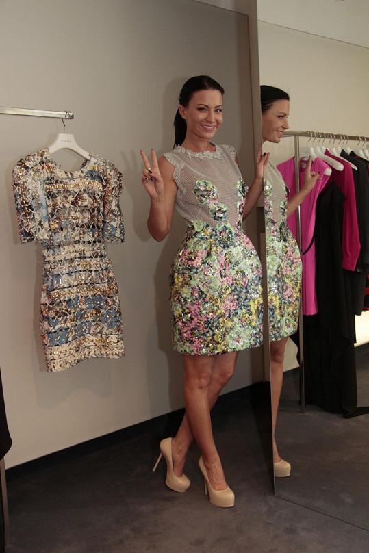 Na Miss nakonec Gábina vyrazí v těchto ručně šitých šatech, které přijdou na 120 tisíc.