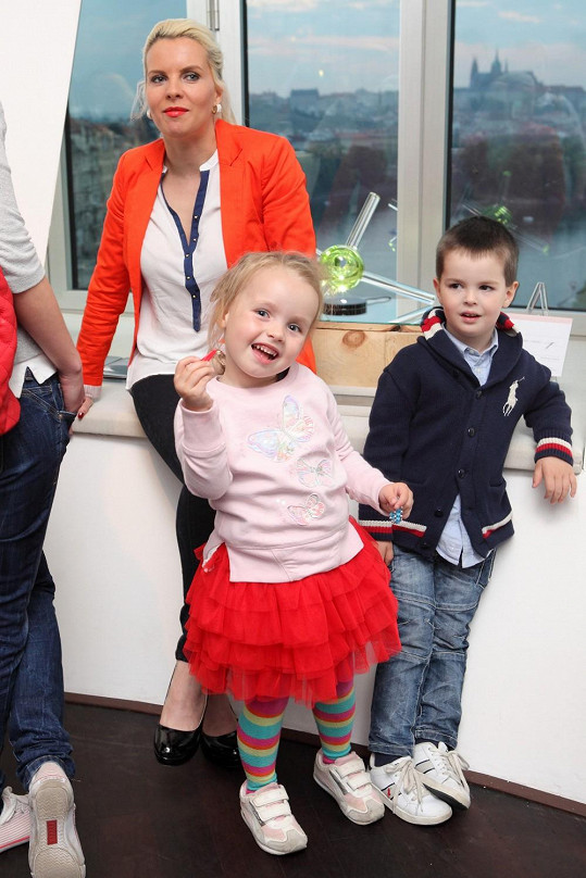 Kateřina na párty dorazila s dcerou a jejím klukem.