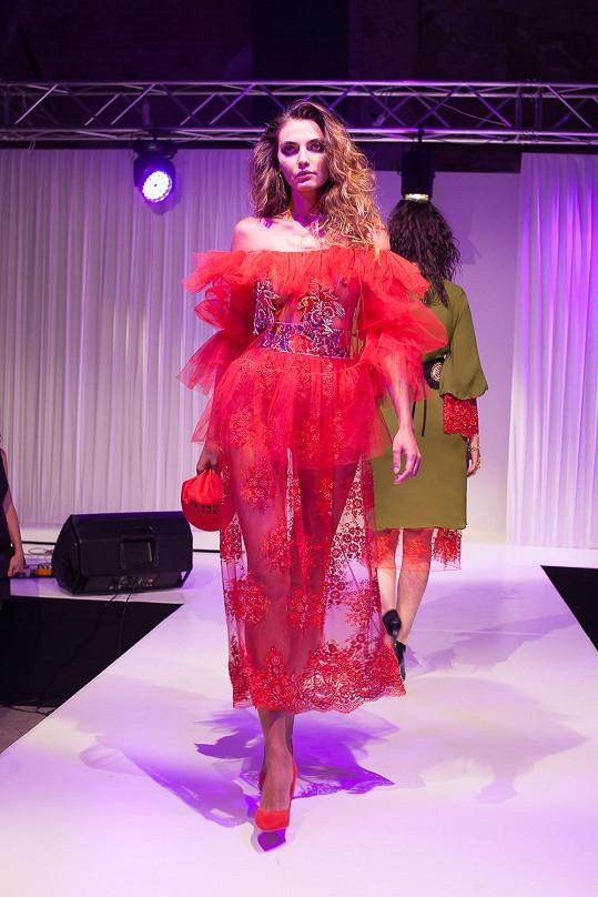 Původem ukrajinská modelka během večera s radostí představila model od Jiřího Kalfaře, který měl premiéru na letošním červeném koberci v Cannes.