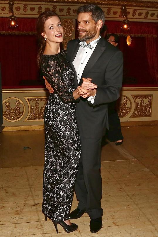 S přítelem na brněnském Plese v Opeře, kde byla v černé.