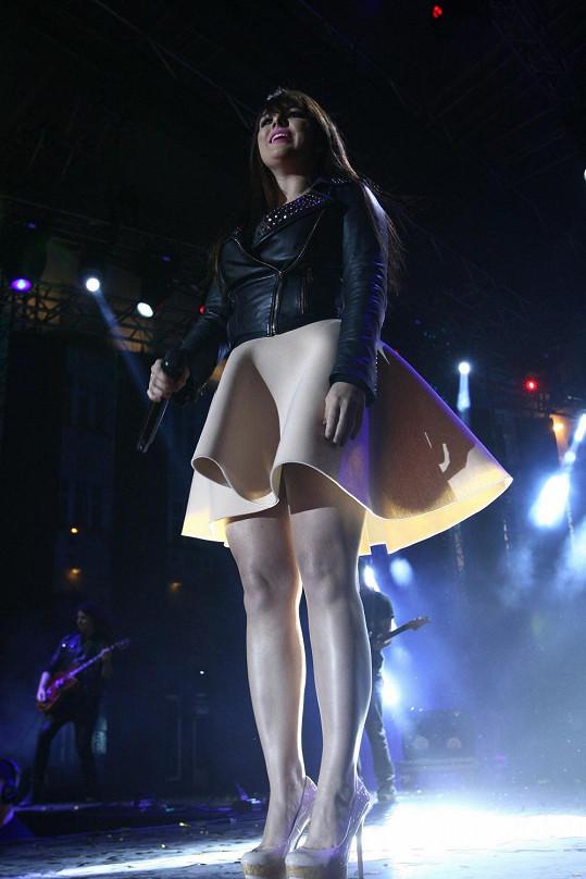 Zpěvačka si oblékla sukni, která ji zbytečně rozšiřovala.