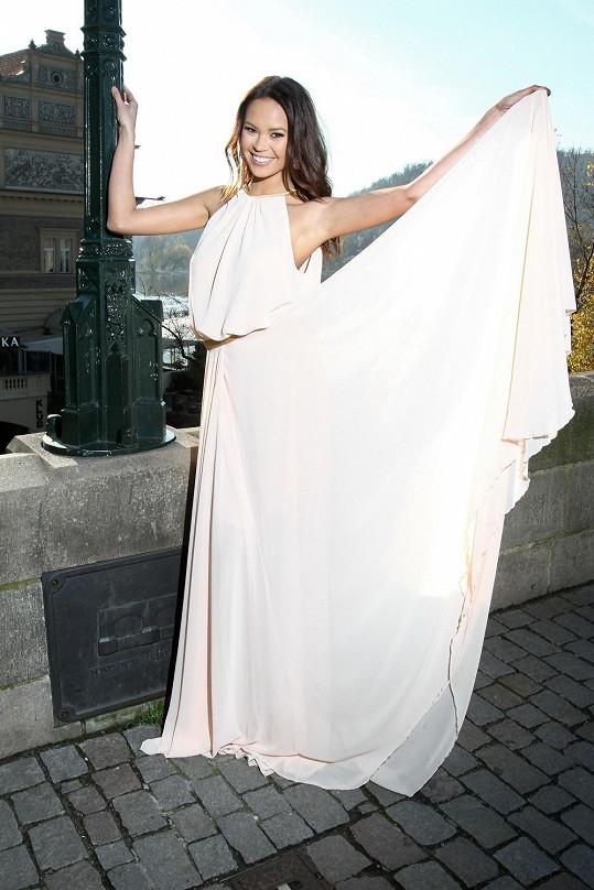 Monika Leová v nádherné bílé róbě od Dominiky Sedláčkové.