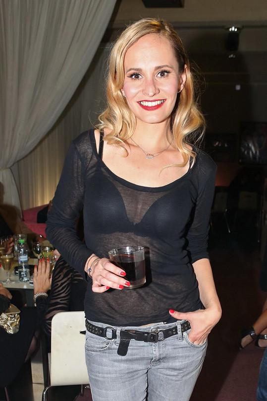 Monika Absolonová se i po galavečeru převlékla do průhledného trička.