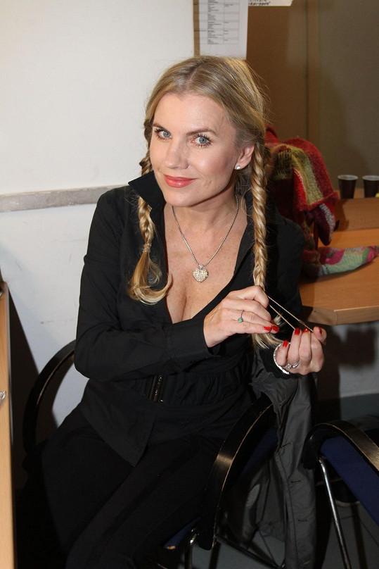 Leona Machálková si nechala udělat copánky.