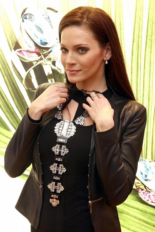 Andrea Verešová v zimě s rodinou na exotické dovolené nevyjíždí. Exotiku si proto užila v podobě šperků známého výrobce doplňků s krystaly.