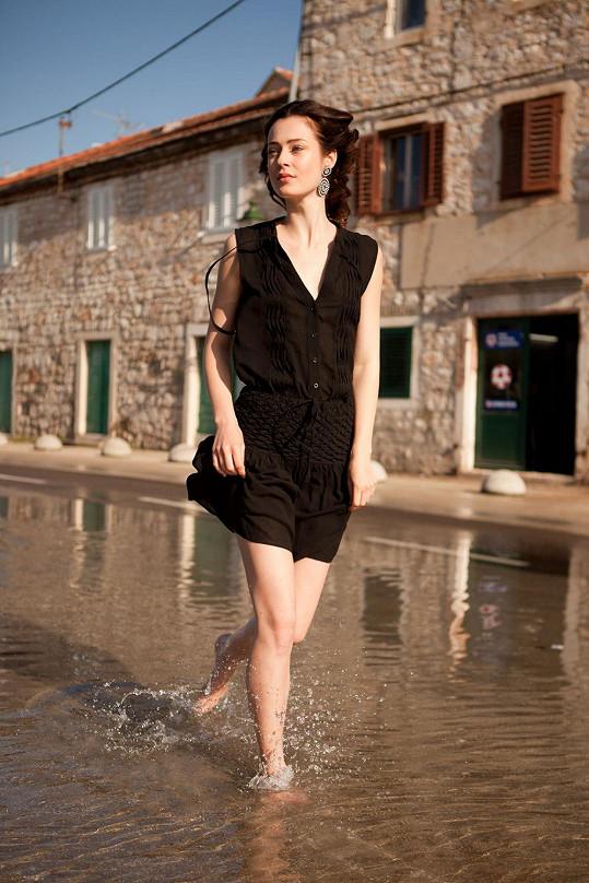 Tereza Fišerová pózuje v zatopeném městečku.