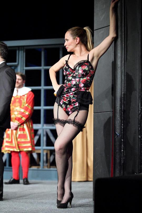 Monika na divadelních prknech řádí v podvazcích.