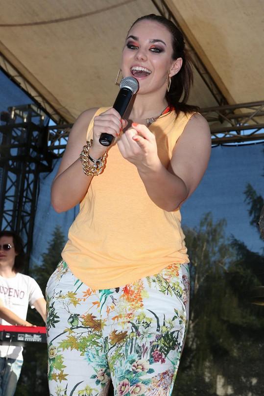Ewa Farna se na festival Kašpárkohraní oblékla do širokých květovaných kalhot, které zvýrazňovaly její nedostatky...