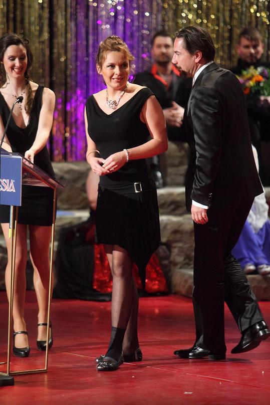 Bára s přítelem Martinem Trnavským předávala jednu z cen Thálie.